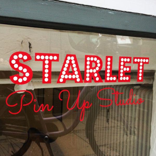 Logo i folie hos STARLET Pin Up Studio