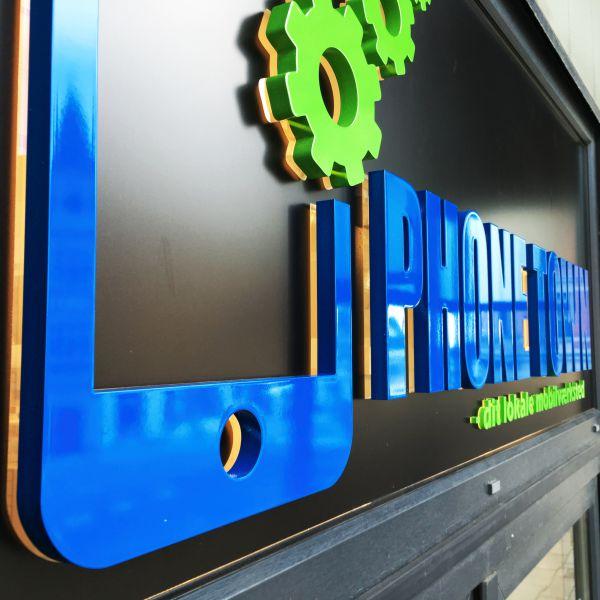 Udskåret og lakeret logo hos PhoneTown