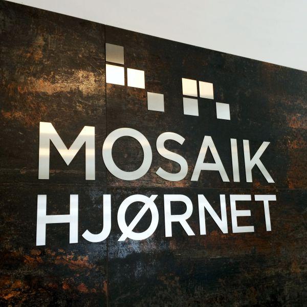 Udskåret logo i rustfri stål hos Mosaikhjørnet
