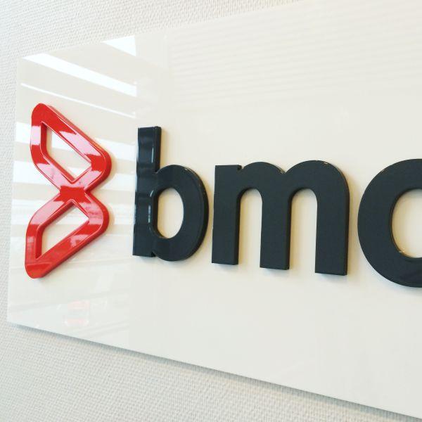 Udskåret og lakeret logo hos BMC