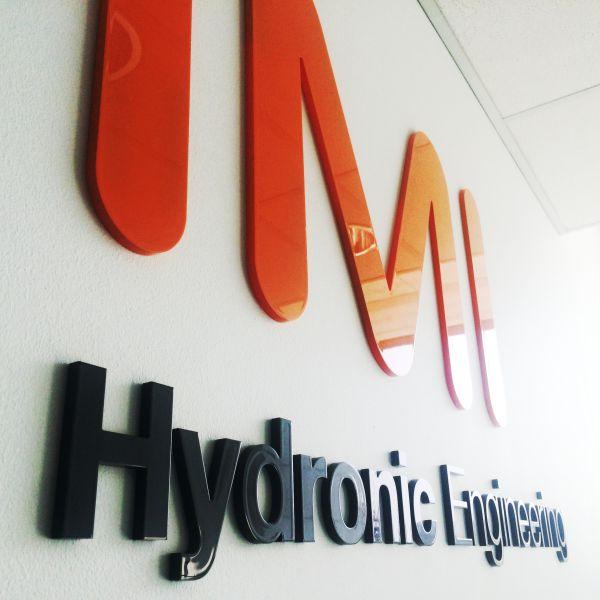 Udskåret og lakeret logo hos IMI