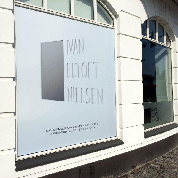 Print på ruder hos Ejendomsmægler Ivan Eltoft Nielsen