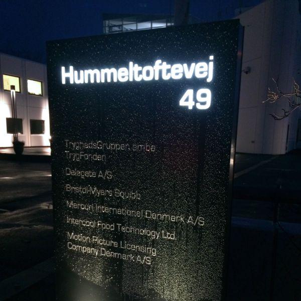 Skiltestander med lys hos Hummeltoftevej Kontorhotel